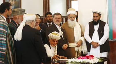 Ashraf Ghani signs the peace agreement during a ceremony in Kabul, Afghanistan [EPA]