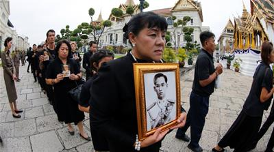 Thais flock to Grand Palace to pay respects to late king