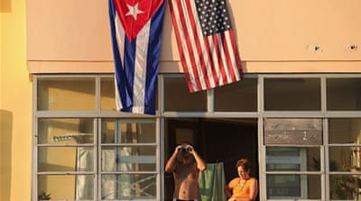 Cubans look at the newly reopened US Embassy in 2015 [Chip Somodevilla/Getty Images]