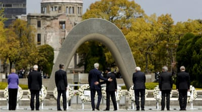 US Secretary of State John Kerry with Japan's Foreign Minister Fumio Kishida at the cenotaph in Hiroshima [REUTERS]