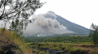 Philippines: Thousands flee as volcano readies to blow