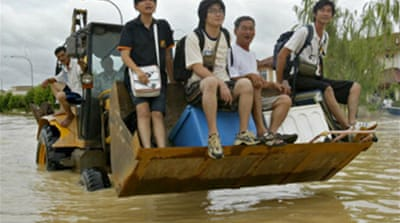 Malaysia floods displace thousands