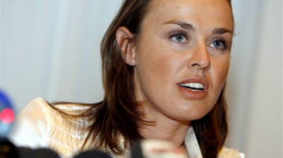 Federer defends idol Hingis