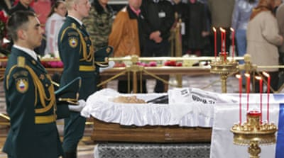 Thousands pay respects to Yeltsin