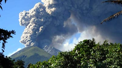 Thousands flee Indonesia volcano