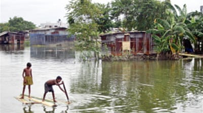 Thousands flee Bangladesh floods