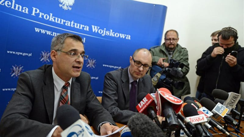 Ireneusz Szelag (L), spokesman for military prosecutors, said experts detected no explosives on plane parts [AFP]
