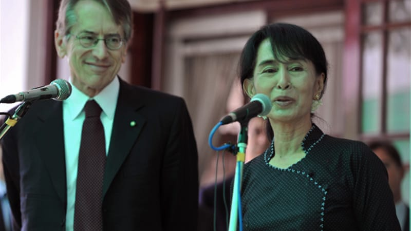Suu Kyi, right, met Italian Foreign Minister Giulio Terzi in Yangon on Thursday [AFP]