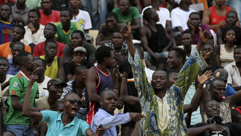 Supporters of President Bozize gather in Bangui pledging to guard the capital against rebels attacks [Reuters]