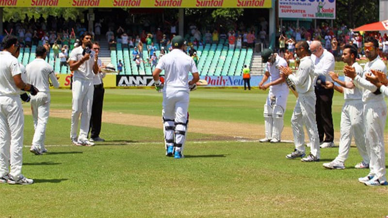 India's team formed a guard of honour for South African Jacques Kallis in his final Test[AFP]