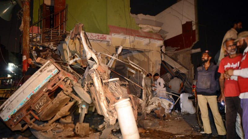 bomb blast in karachi A car bomb has exploded in karachi, injuring 15 people, near to where england are due to stay later in their tour.