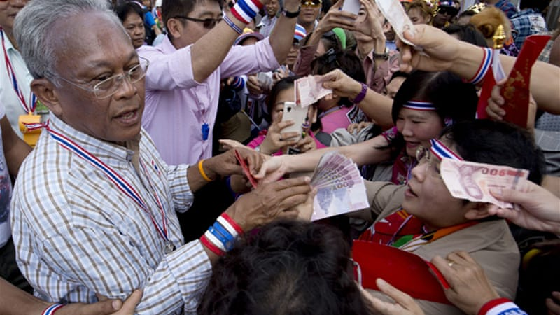 Protest leader Suthep Thaugsuban was greeted supporters in Bangkok [AFP]