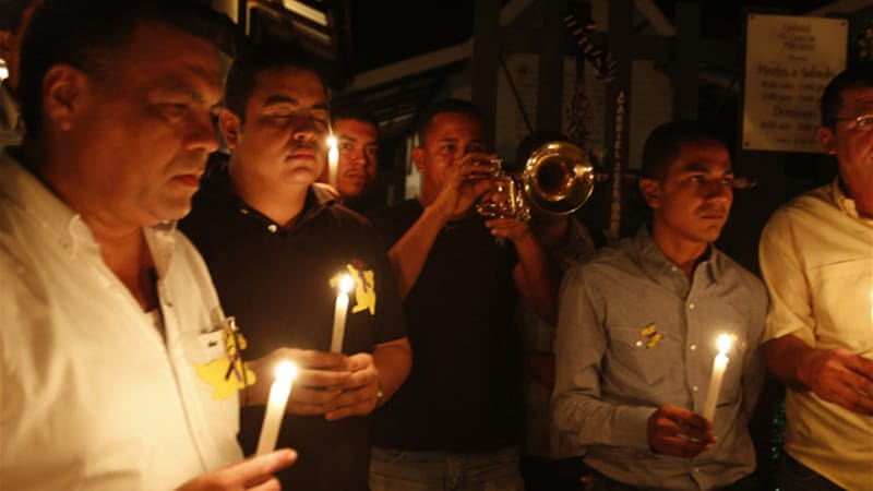 Mourners hold candles as they pay homage to Colombian Nobel Prize laureate Gabriel Garcia Marquez [Reuters]