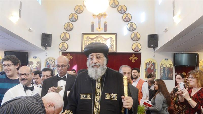 Ο Πάπας Tawadros ΙΙ, ο πατριάρχης της Κοπτικής Ορθόδοξης Εκκλησίας, έχει χαιρετιστεί από τα μέλη της Αγίας Μαρίας Κοπτική Ορθόδοξη Εκκλησία [James Quigg / AP]