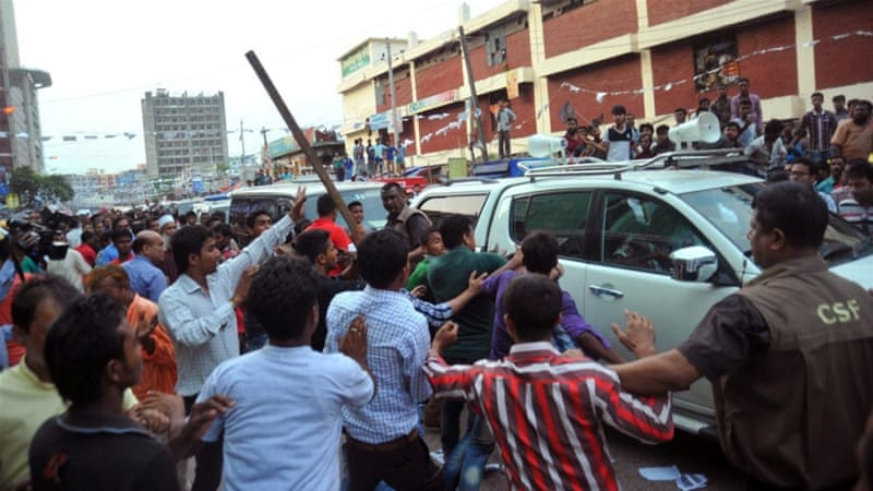 People attack the convoy of Bangladesh's main opposition leader Khaleda Zia in Dhaka [AFP]