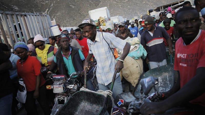 Haitians push to cross the border between the Dominican Republic and Haiti in Malpasse, Haiti [REUTERS]