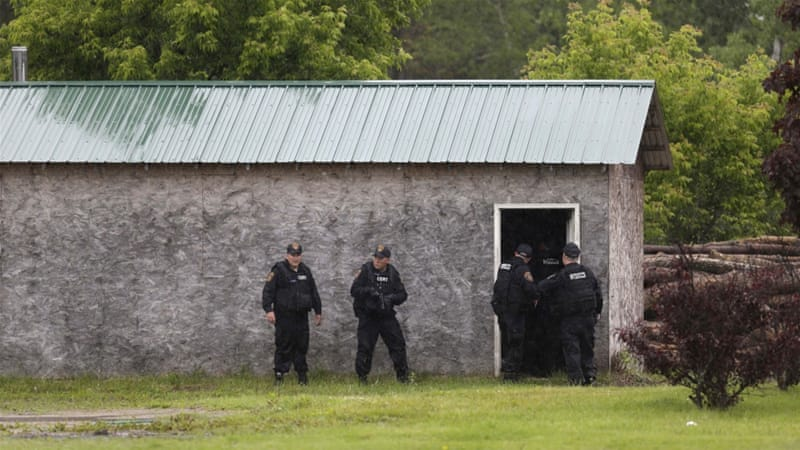 US police resume house searches for escaped prisoners | USA