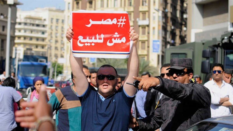 Egypt police disburse small protests against islands deal