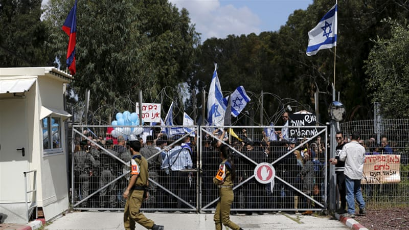 Israeli protesters outside a military court during a hearing for the accused Israeli soldier [Amir Cohen/Reuters]
