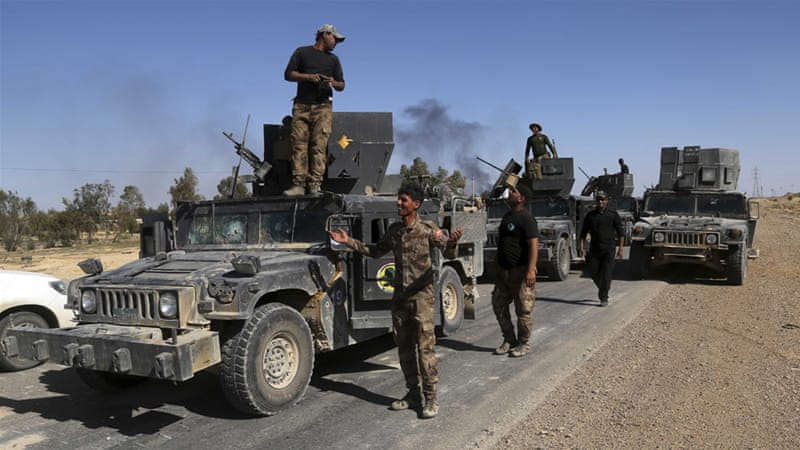 Iraq's elite counterterrorism forces advance on Heet, 140km west of Baghdad, Iraq on April 4 [Khalid Mohammed/AP]