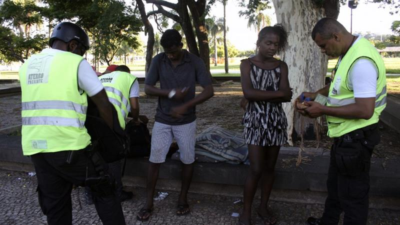 Private security agents question and search homeless people near Flamengo [Anne Vigna/Agencia Publica]