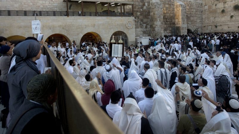 Around 400 Jews visited the al-Aqsa compound on Sunday to commemorate a Jewish holiday [Mahmoud Illean/AP]