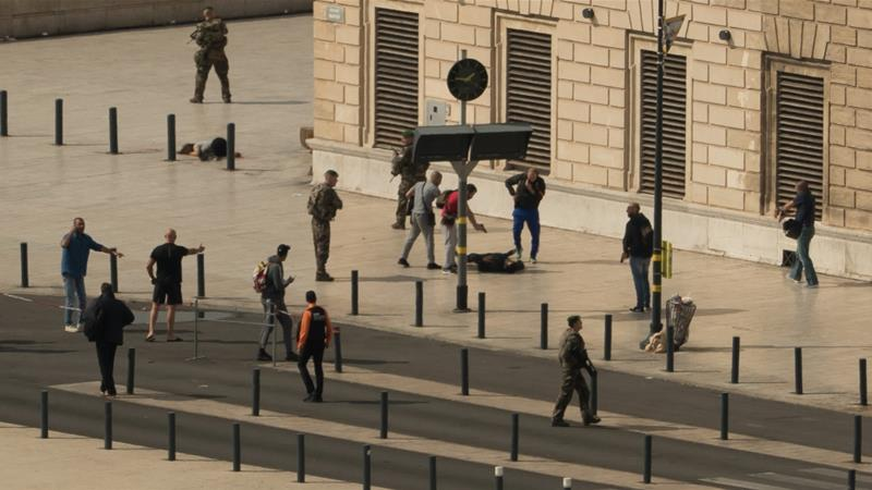 Five arrested after 'bomb attack' foiled in Paris