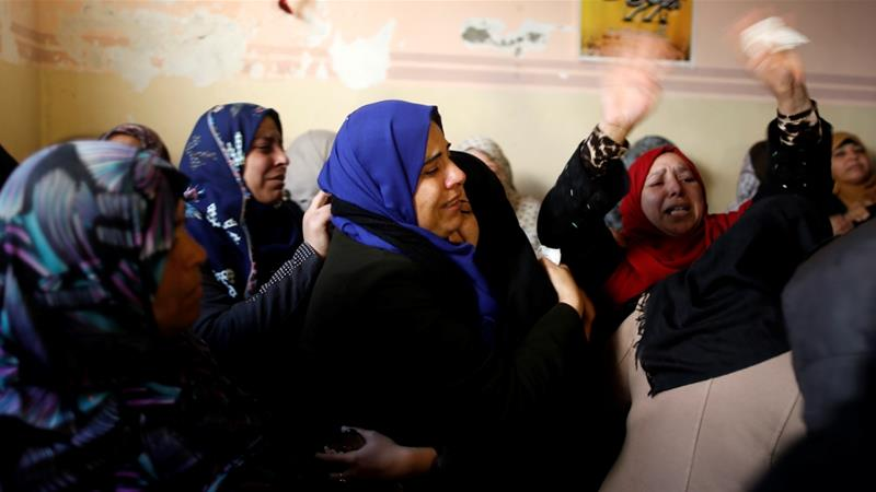 Relatives of Jamal Mosleh, who was shot in the stomach by Israeli forces, mourn during his funeral in the central Gaza Strip [Suhaib Salem/Reuters]