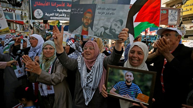Palestinians celebrated in Ramallah after prisoners ended their 40-day hunger strike [Mohamad Torokman/Reuters]