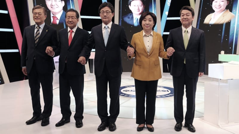 South Korean presidential election candidates, from left, Moon Jae-in, Hong Joon-pyo , Yoo Seong-min, Sim Sang-jung and Ahn Cheol-soo pose for photographers [Ahn Young-joon/Reuters]