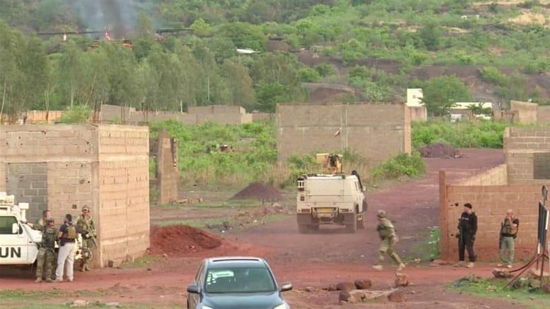 Un vehículo blindado impulsa hacia el complejo después del ataque [Reuters]