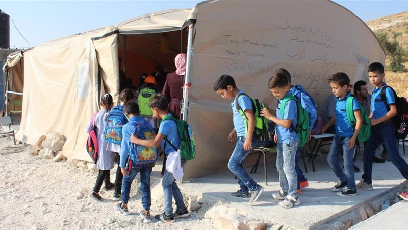 Students enter the solitary makeshift classroom at the Jubbet adh-Dibh primary school [ : school tent - memphite.com