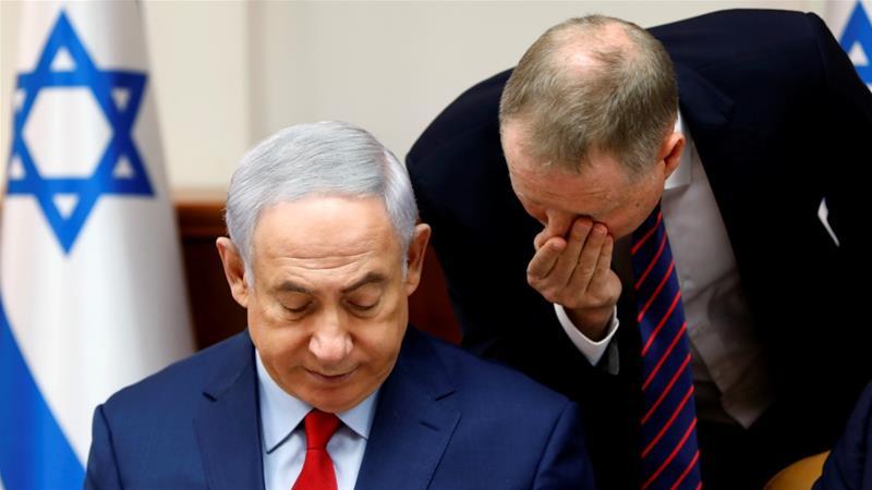 El primer ministro israelí, Benjamín Netanyahu, escucha a un asesor al comienzo de la reunión semanal del gabinete en su oficina en Jerusalén el 6 de agosto [Reuters / Gali Tibbonl]