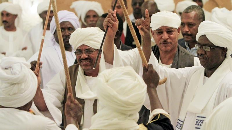 Sudanese President Omar al-Bashir (L) celebrates with tribal leader Musa Hilal (R) at the wedding of the Hilal's daughter and Chad's President Idriss Deby in 2012 [Reuters/ Mohamed Nureldin Abdallah]