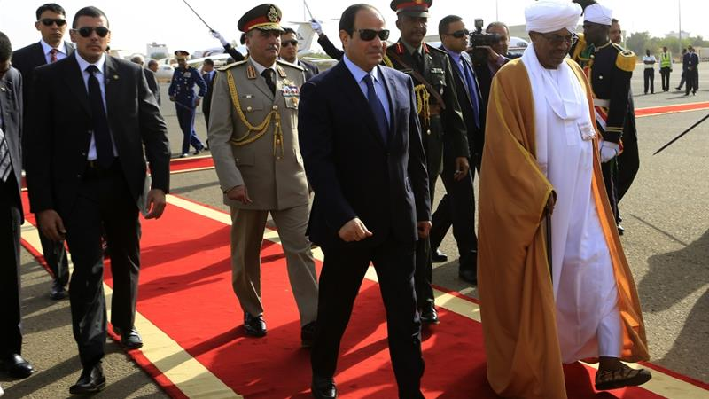 Sudan's President Omar al-Bashir welcomes Egypt's President Abdel Fattah el-Sisi at Khartoum International Airport on June 27, 2014 [Reuters/Mohamed Nureldin Abdallah]