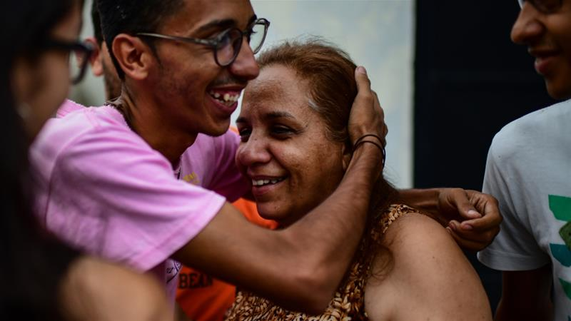 Lorent Saleh's mother Yamileh Saleh (R) rushed to a Caracas jail only to learn her son was sent to Europe [Ronaldo Schemidt/ AFP]