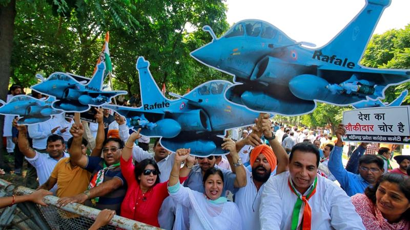 Congress members shout slogans during a protest calling for probe into Rafale fighter planes deal with France [Ajay Verma/Reuters]