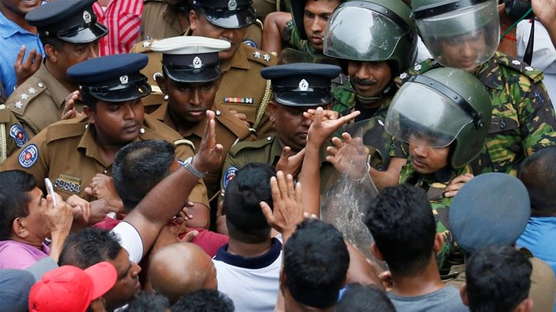 Sri Lankan security forces near the petroleum ministry building in Colombo [Dinuka Liyanawatte/ Reuters]