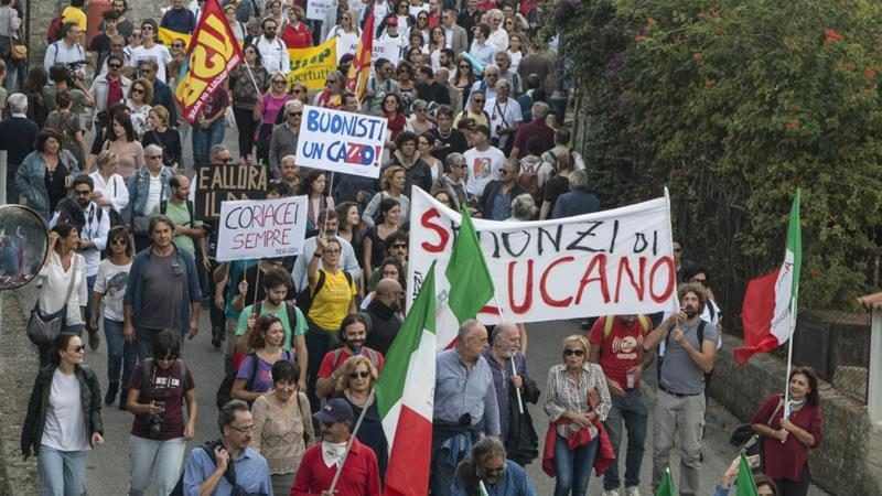 Thousands of Italians, migrants rally for accused 'refugee mayor'