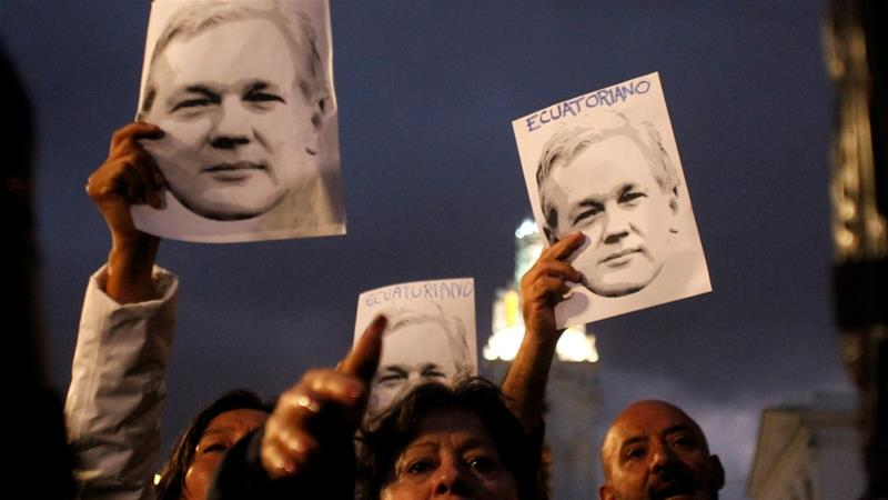 Supporters of WikiLeaks founder Julian Assange demonstrate in front of presidential palace in Quito, Ecuador, October 31, 2018 [Daniel Tapia/Reuters]