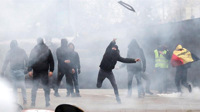 Brussels protests: Water cannons & tear gas used on anti-migrant marchers