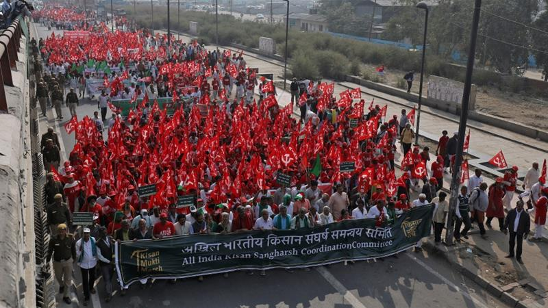 Farmers wave flags and shout slogans as they march to protest soaring farm operating costs and plunging prices of their produce, in New Delhi, India, November 29, 2018 [Anushree Fadnavis/Reuters]