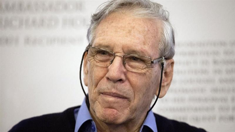 Amos Oz: Acclaimed Israeli author dies at 79