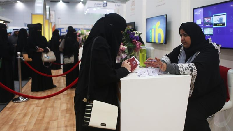Saudi scholar: Women need not wear abaya robes