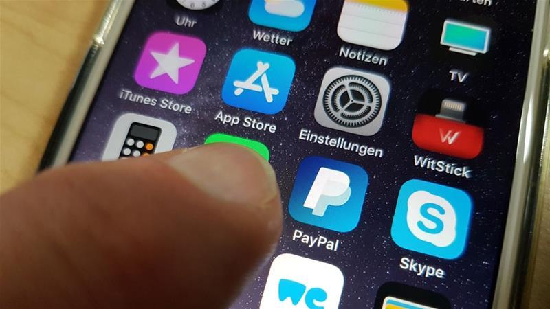 PayPal, Google et Airbnb ont été accusés de limiter les services aux Palestiniens dans les territoires occupés [Mauritz Antin / EPA]