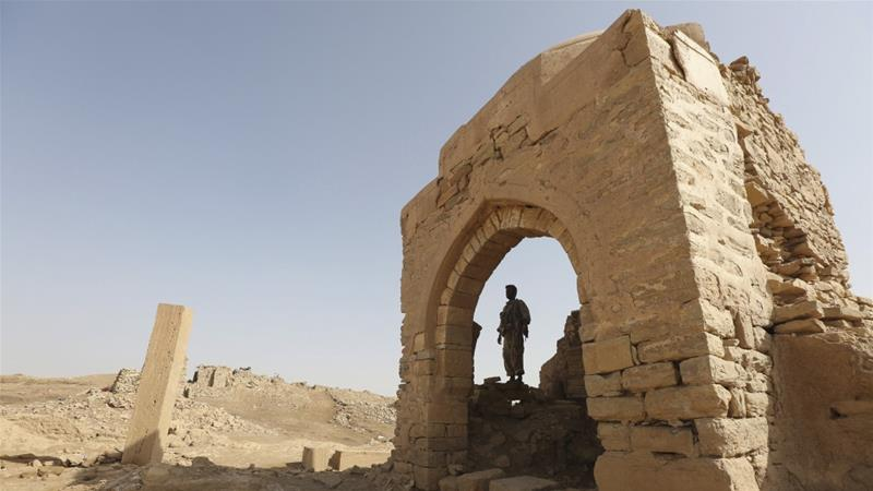 A man stands inside a monument at the historical town of Baraqish in Yemen''s al-Jawf province, April 6, 2016 [Photo/Ali Owidha/Reuters]
