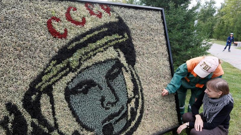 Employees prepare a street decoration made of 3500 plants and displaying a portrait of the first man in space Yuri Gagarin, in the city of Krasnoyarsk, Russia, August 30, 2016 [Ilya Naymushin/Reuters]