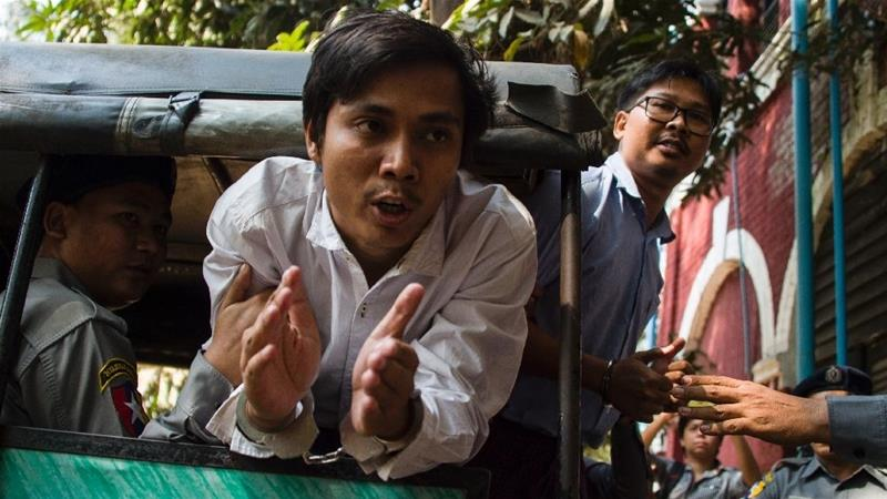 Myanmar journalists Kyaw Soe Oo (C) and Wa Lone (R), were arrested while investigating an army-led massacre of Rohingya [ Photo/Ye  Aung Thu/AFP]