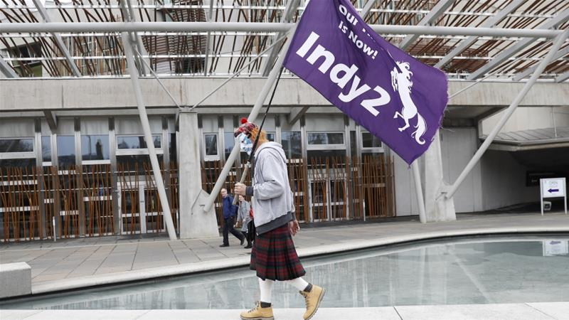 A man holds a pro-independence flag outside Scotland's Parliament in Holyrood, Edinburgh, Britain [Russell Cheyne/Reuters]