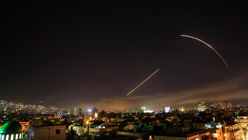 Céus de Damasco se iluminaram quando os EUA e seus aliados lançaram ataques contra a Síria [Hassan Ammar / AP Photo]